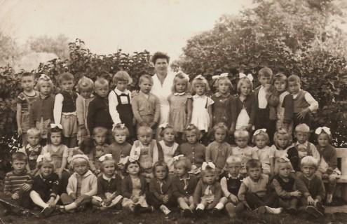 Nagylétszámú óvodás csoport  1961-ben Márta óvó nénivel